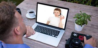 Un homme écoute une assistance visuelle sur son ordinateur